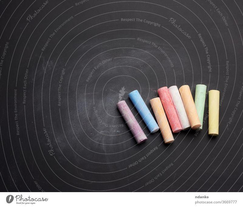mehrfarbige Kreide auf Lüge auf leerer schwarzer Kreidetafel kleben Sauberkeit Spielfigur Anzeige Inserat Kunst Hintergrund Plakatwand Tafel blanko Holzplatte