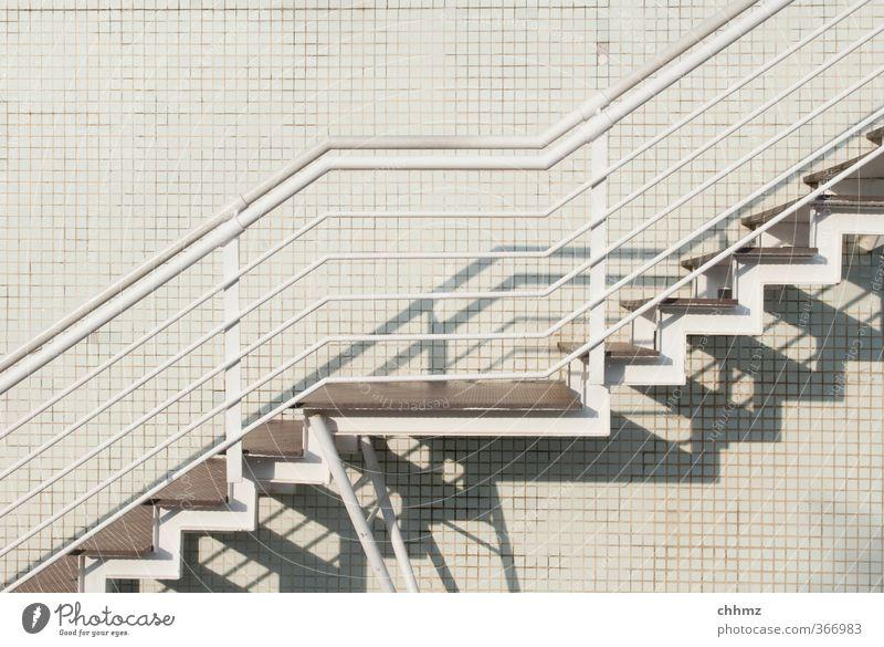 Weiße Teppe auf weißem Grund Mauer Wand Treppe Fassade Metall Design Treppengeländer steigen Fliesen u. Kacheln Verbindung Wege & Pfade Schatten parallel