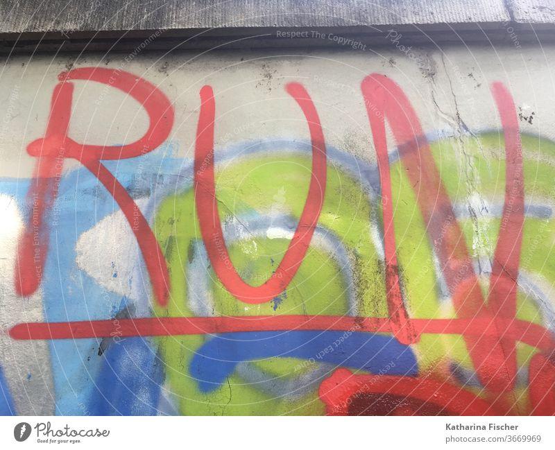 RUN - Graffiti - Hauswand Wand Mauer Außenaufnahme Farbfoto Schriftzeichen Menschenleer Tag Fassade Stadt Zeichen rot grün blau run Aufforderung Richtung grau