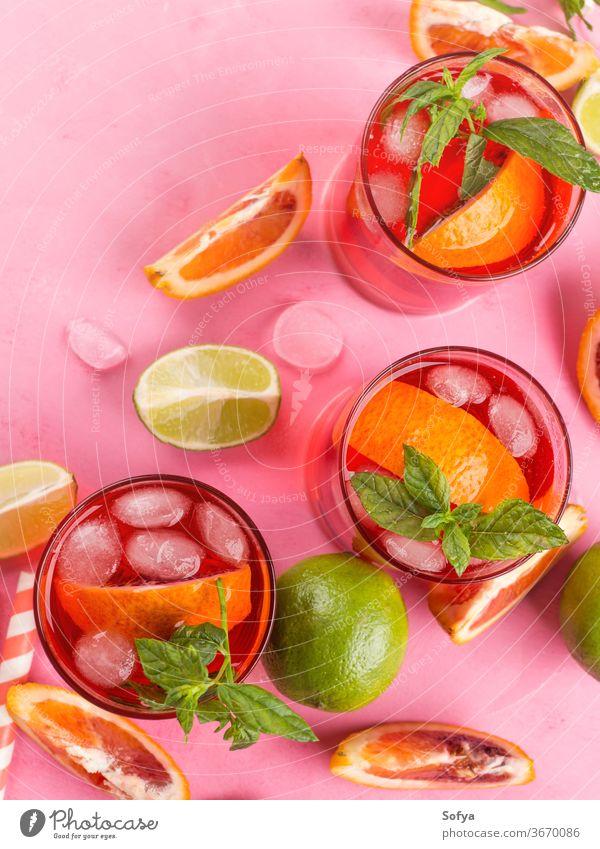 Frischer eisgekühlter roter Cocktail mit Blutorange trinken Alkohol Urlaub rosa Party Mocktail Kalk Roséwein Sangria Aperitif Frucht Sommer Schnaps Barista Wein
