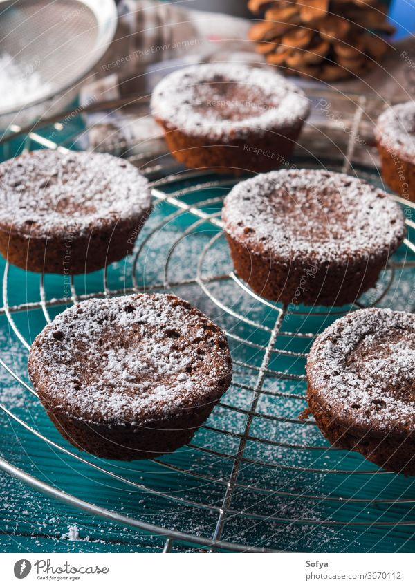Wintermuffins aus Schokolade mit Puderzucker Weihnachten Muffin Kakao chokecherry Kuchen Zuckerguß Lebensmittel Leckerbissen backen Koch Rezept Frühstück
