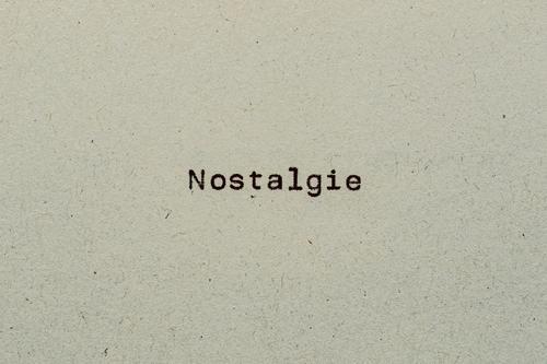 Nostalgie als Text auf Papier mit Schreibmaschine Recycling Rückbesinnung Rückschau Schrift Typografie analog früher nostalgie retro text textfreiraum vintage