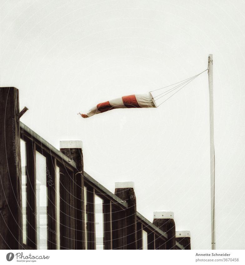 Windsack Windmesser Sturm Himmel Windrichtung Wetter gestreift rot Wolken weiß Luft Klima Außenaufnahme Natur Umwelt schlechtes Wetter
