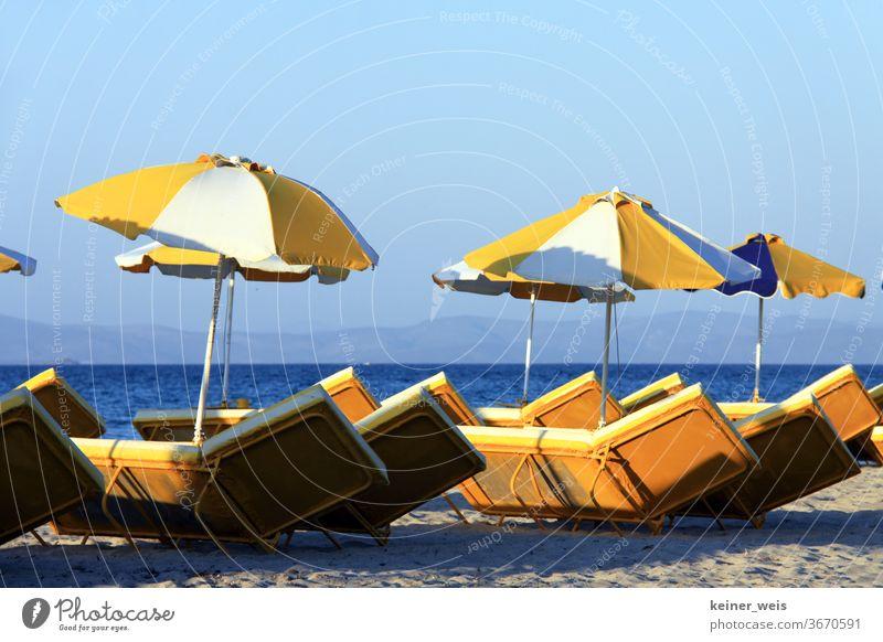 Leerer Strand mit leeren Liegestühlen und Sonnenschirmen ohne Gäste Meer Sand Wasser Sommer Ferien & Urlaub & Reisen Sonnenuntergang blau Menschenleer