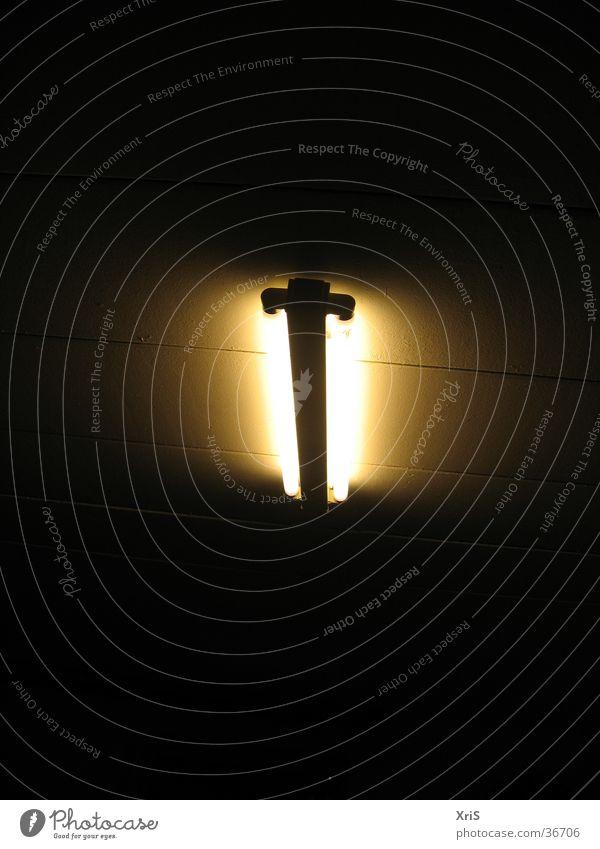 Einsame Neonlampe gelb Lampe dunkel Wand Häusliches Leben Decke Neonlicht Neonlampe