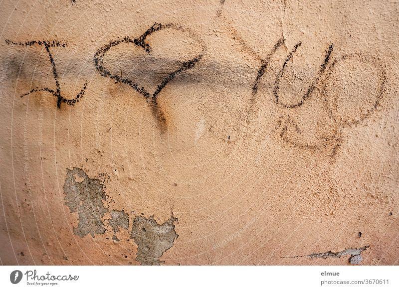 """Die Liebe brachte den ach so coolen Teenager ganz durcheinander ...  aber er hat seine Wandkritzelei korrigiert ... """"I love you"""" steht nun an der Hauswand"""