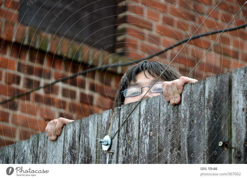 Hallo? Wo bleibt ihr denn? (Nr.65) Mensch Kind rot Freude Gesicht Bewegung Junge Haare & Frisuren Holz grau Kopf Garten Kindheit Energie Finger beobachten