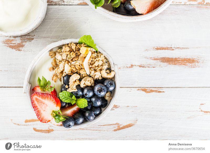 Schale mit Naturjoghurt mit Müsli und frischen Beeren Joghurt Frühstück Gesundheit Lebensmittel Frucht Mahlzeit weiß Dessert süß Schalen & Schüsseln organisch