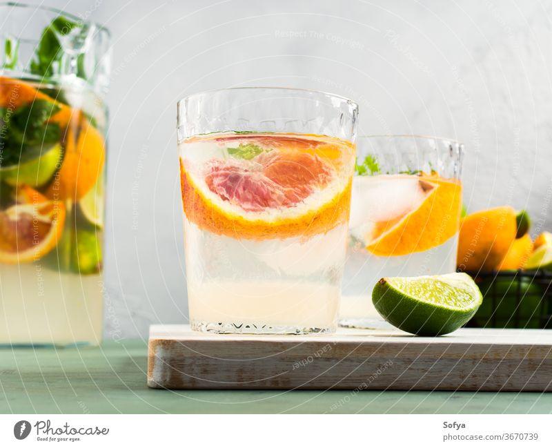 Frisches Sommer-Zitrusgetränk trinken Zitrusfrüchte Wasser Cocktail Limonade aufgegossen Entzug Blutorange Kalk Frucht Saft Mocktail Minze Soda süß hausgemacht