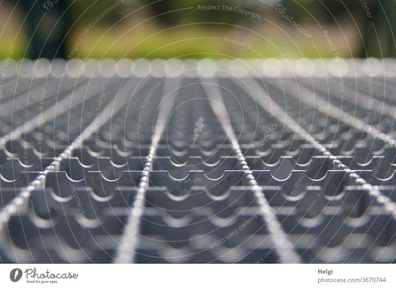 Metallstrukturen mit Bokeh Treppenstufe Metalltreppe Muster Struktur Nahaufnahme Makro Perspektive Streifen abstrakt Menschenleer Linie Strukturen & Formen