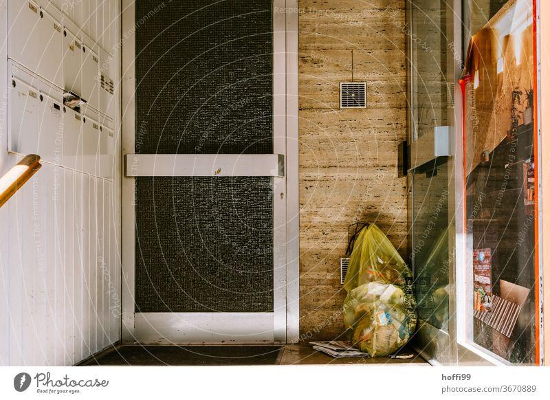 gelber Sack im Eingang Gelber Sack Müll Recycling Müllbehälter Kunststoff Verpackung dreckig Umweltverschmutzung Müllentsorgung Umweltschutz Müllabfuhr