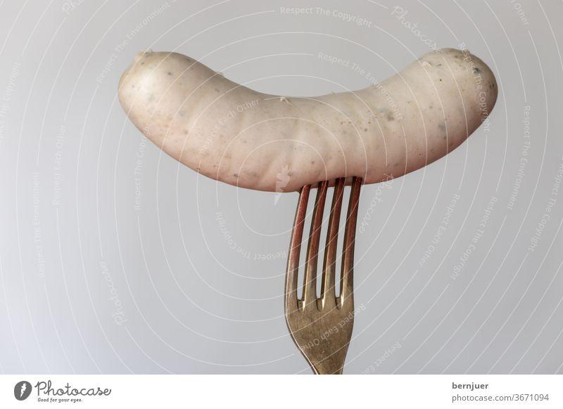 bayerische Weißwurst auf weißem Hintergrund Wurst isoliert Silber Gabel Einzeln eine Fleisch traditionell Mahlzeit Essen München Küche Oktoberfest Frühstück