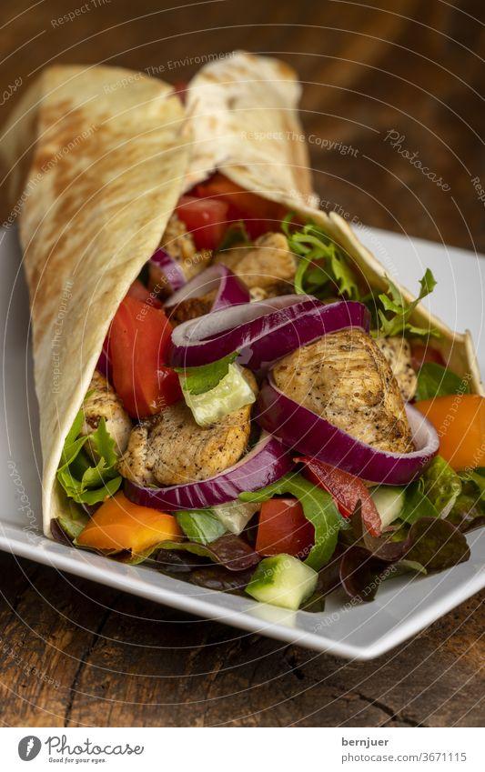 dürüm auf Holz Salat Zwiebel Essen Kebab Brötchen Durum türkisch Mahlzeit Abendessen Tomate Snack Fastfood gesund Burrito fast Sandwich Küche adana dürüm grün