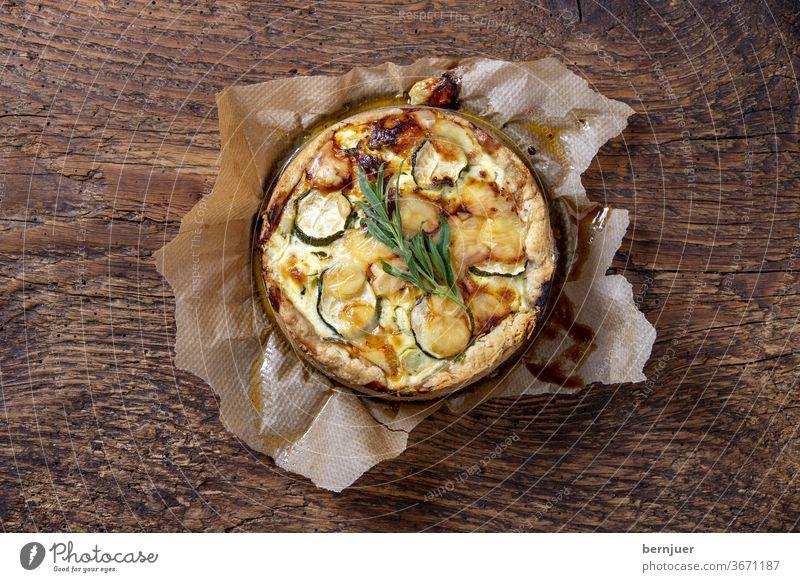 französische Quiche auf Holz quiche gratiniert Teig Backform Springform Gebäck Mahlzeit Kruste Lebensmittel Küche Torte Gemüse Gericht Lothringen Käse Kuchen
