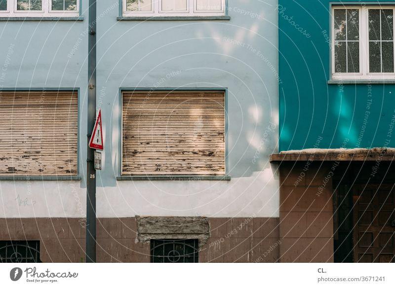das haus gegenüber Haus Fenster Rollo alt Altbau Wand Fassade Stadt Verkehrsschild Tür Architektur trist Farbfoto Außenaufnahme Menschenleer