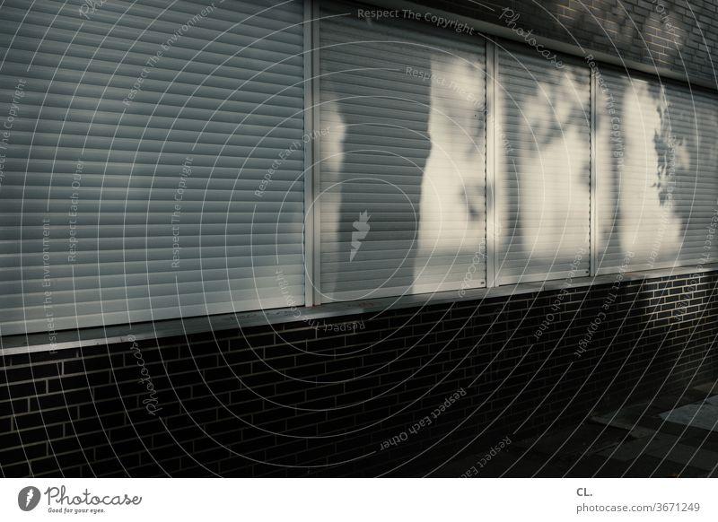 hitzeschutz Rollo Fenster Wand Schatten dunkel Privatsphäre Hitzewelle Jalousie geschlossen Rollladen Menschenleer Farbfoto Außenaufnahme