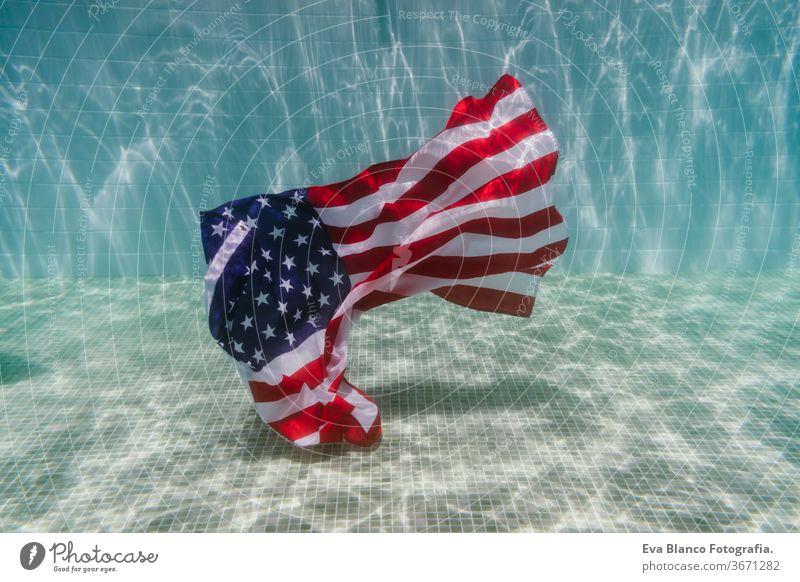 amerikanische Flagge unter Wasser in einem Pool. 4. Juli Konzept, Unabhängigkeitstag. Niemand Stars and Stripes vierter Juli Vereinigte Staaten Independence Day