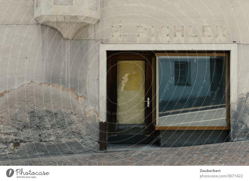 Verlassenes Ladengeschäft, Spiegelung in Schaufensterscheibe, alte Fassade in Südtirol Geschäft Schräge Scheibe abblättern Erker vergänglich Vergänglichkeit
