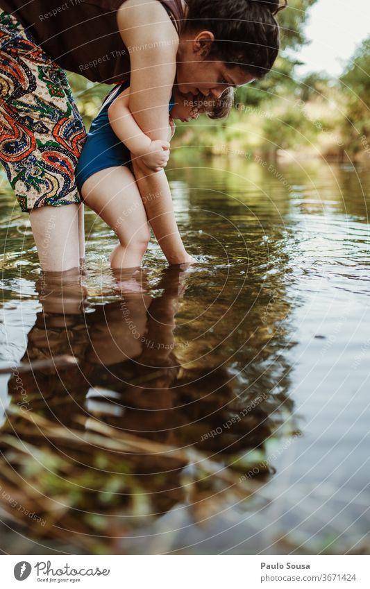 Mutter und Tochter spielen im Fluss Sommer Sommerurlaub Mutterschaft Kaukasier Familie & Verwandtschaft Reisefotografie reisen Liebe Lifestyle Glück Menschen