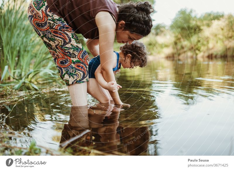 Mutter und Tochter spielen im Fluss Sommer Sommerurlaub Zusammensein Zusammengehörigkeitsgefühl Mutterschaft Familie & Verwandtschaft Fröhlichkeit niedlich