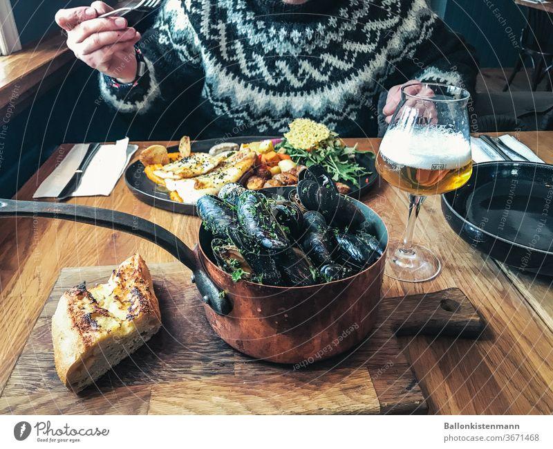 Iceland Gourmet 24 Delikatesse Muschel Kupfertopf Abendessen Mittagessen Mahlzeit Meeresfrüchte Tisch dinner for two Lifestyle genuss Winter kuschlig