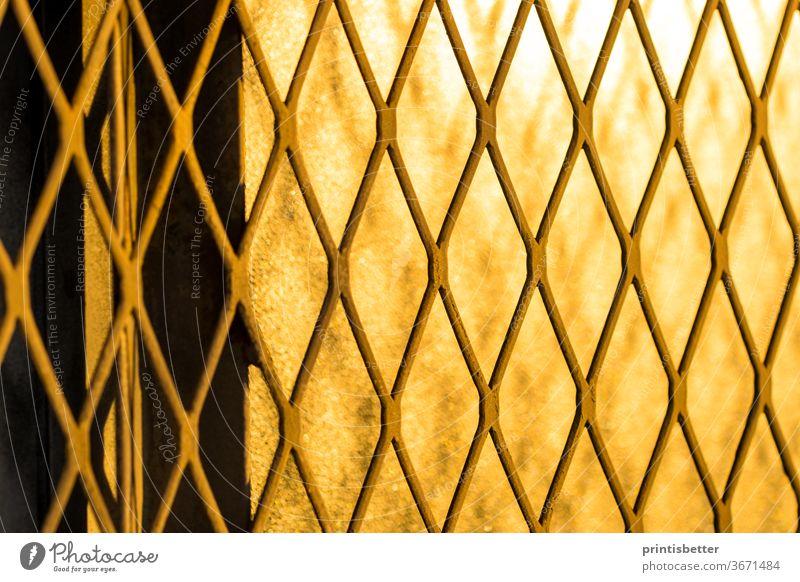 Nahaufnahme eines abstrakten Textur-Hintergrunds auf einem Heavy-Metal-Sicherheitsgitter. Leichtmetall Architektur Gebäude Konstruktion Design dreckig Tür