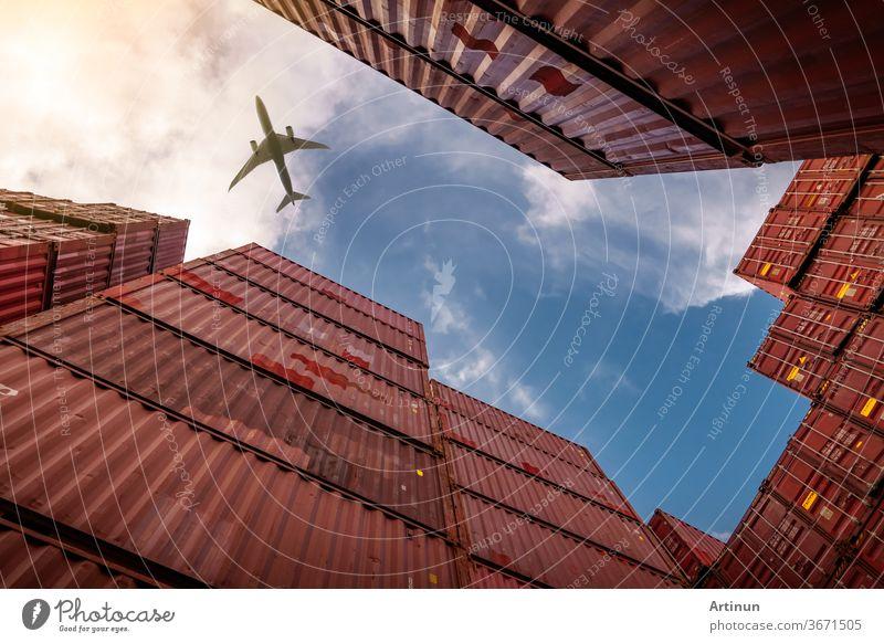 Flugzeug fliegt über Container-Logistik. Fracht- und Versandgeschäft. Containerschiff für Import- und Exportlogistik. Logistische Industrie von Hafen zu Hafen. Container im Hafen für Lkw-Transport.
