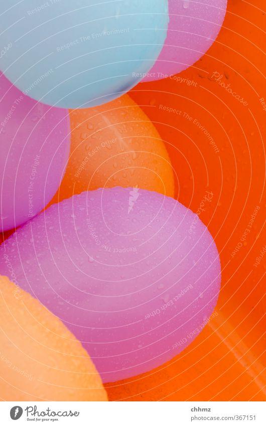 Nasse Ballons Wassertropfen Tropfen liegen verrückt blau violett orange Luftballon Gummi Latex Geburtstag Party Feste & Feiern feucht platzen luftdicht Farbfoto