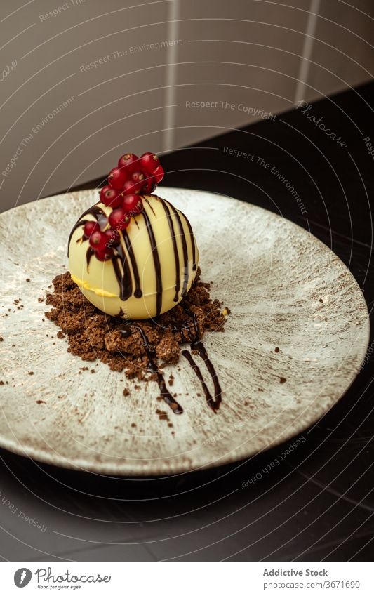 Leckeres Dessert mit frischen Cranberries Preiselbeere Teller Schokolade Saucen Belag süß Restaurant Ball Speise Konditorei Mahlzeit Portion Café lecker