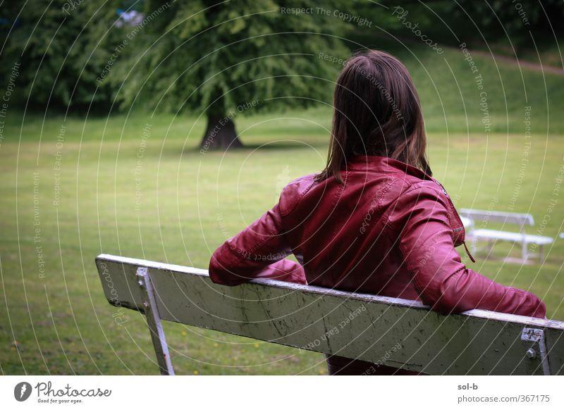 rot weiß grün grün Zufriedenheit Erholung Mensch feminin Junge Frau Jugendliche 1 18-30 Jahre Erwachsene Natur Baum Gras Park Jacke Leder brünett langhaarig