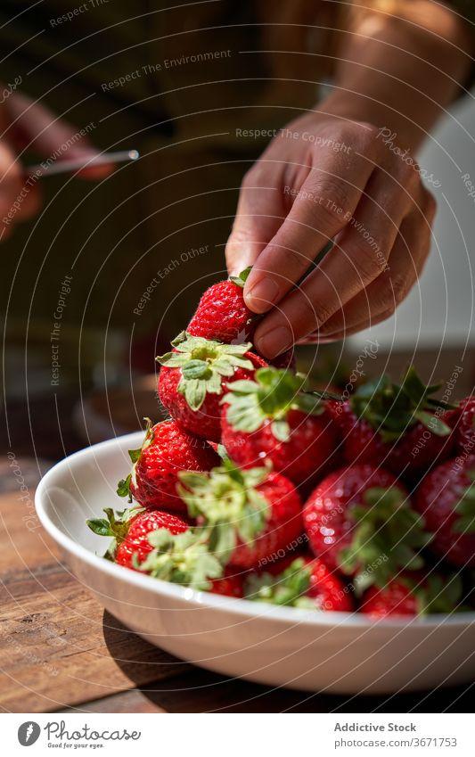 Crop Hausfrau bereitet leckeren Kuchen zu Hause Koch selbstgemacht Pasteten Frau Küche Dessert sich[Akk] schälen Erdbeeren vorbereiten Produkt Prozess frisch