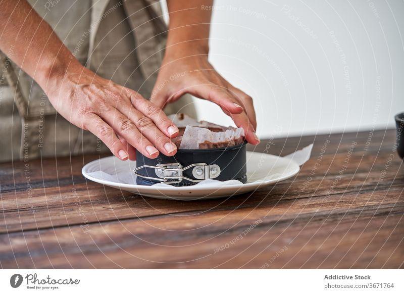 Junge Frau macht Schokolade Käsekuchen Kuchen Konditorei machen vorbereiten Formular entfernen gebacken Dessert kalt Küche Stil Koch Lebensmittel süß