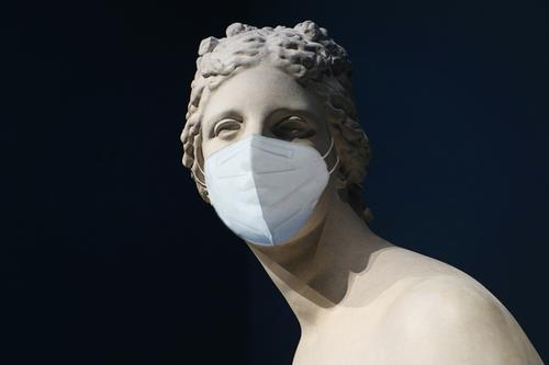 Kopie einer klassischen hellenistischen Venus-Statue aus Marmor mit COVID-Schutzmaske Coronavirus Mundschutz Klassik Murmel Prävention Hygiene Korona Infektion