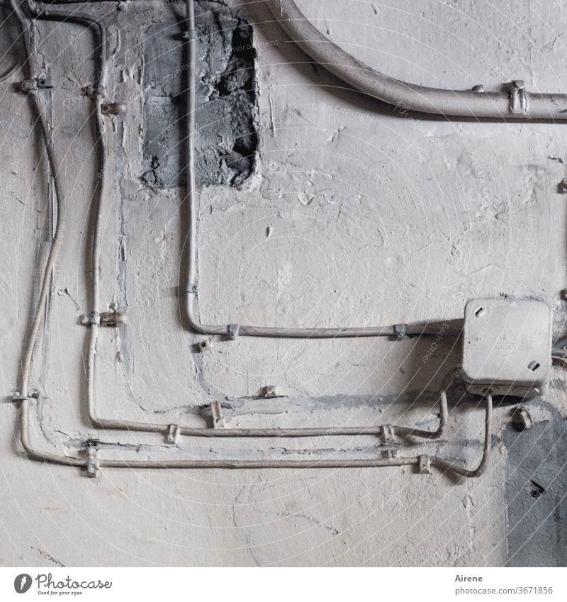 früher war auch nicht alles besser Mauer Wand kaputt alt grau trist Linie Riss Vergänglichkeit Innenaufnahme gefährlich Wohnung verfallen abblättern Verfall