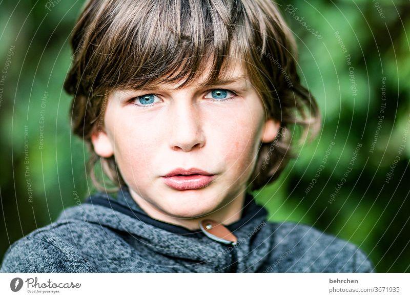 1 0 !!! Coolness frech lange Haare Farbfoto Familie Nahaufnahme Kind Junge Kindheit Gesicht Tag Licht Kontrast Porträt Sonnenlicht Haare & Frisuren Mund Lippen