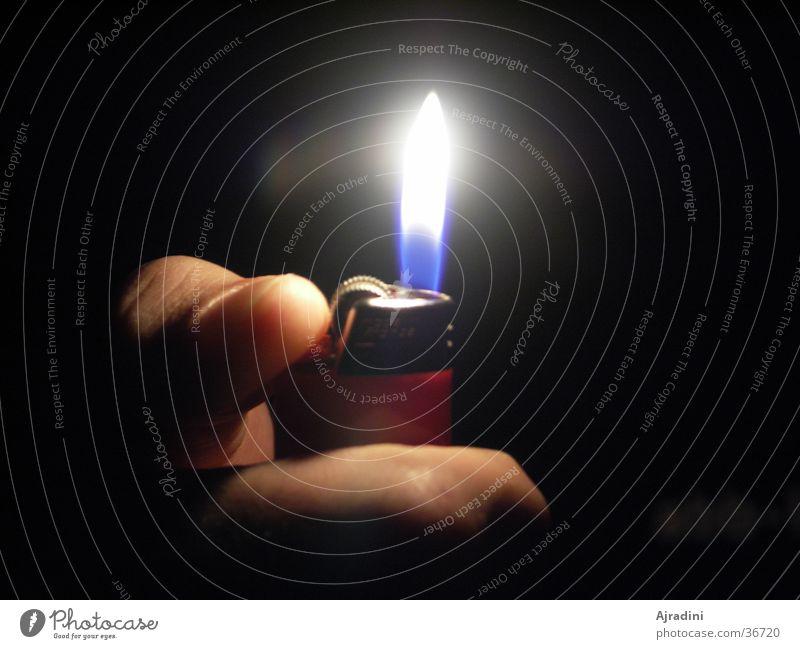 Feuerschein Feuerzeug Daumen anzünden Häusliches Leben Flamme Lichterscheinung