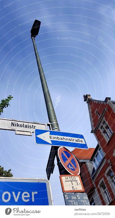 isch over Straße Straßenschild vorbei Halteverbot Einbahnstraße Giebel Fassade Backstein Göttingen Wand Schilder & Markierungen Verbote Verkehrszeichen