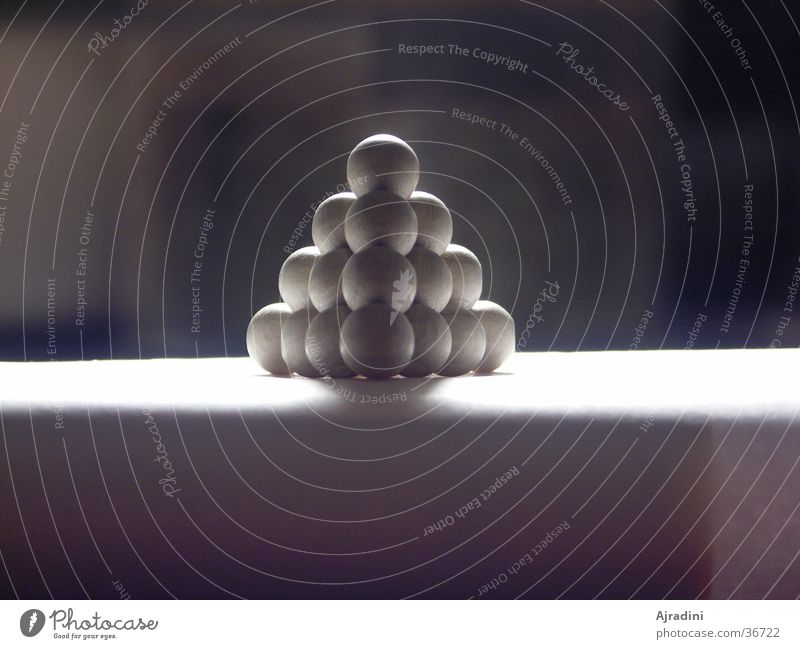 Kugelpyramide Schattenspiel obskur Pyramide Holzkugeln Holzpyramide