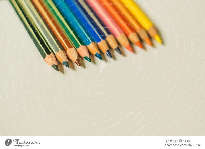 Buntstifte in allen Farben auf weißem Hintergrund aus Papier grafisch Einschulung Erster Schultag Fläche Freiraum Grundschule Hintergrundbild Regenbogenfarben