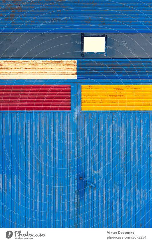 Eisernes Metalltor mit farbig bemalten Rechtecken Hintergrund Grunge Design abstrakt Rahmen Borte Muster altehrwürdig Textur Konstruktion Kunst metallisch