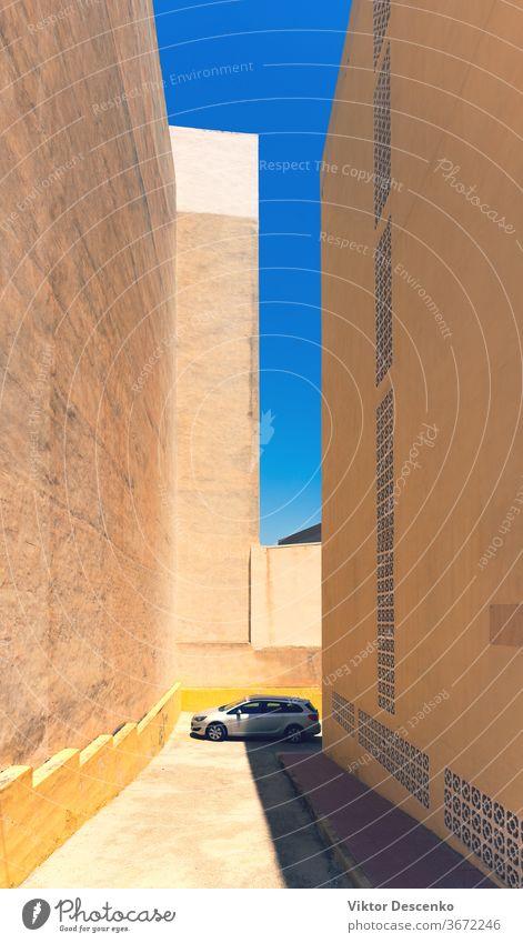 Das Auto wird an einem Sommertag zwischen den Gebäuden geparkt PKW Spanien hoch heiß Haus Tag Architektur Großstadt Stadt Straße Himmel im Freien Verkehr Europa