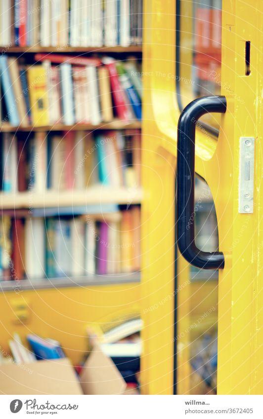 komisch. früher lag da immer nur ein buch. wie sich doch die zeiten ändern. öffentlicher Bücherschrank Telefonzelle Literatur kostenlos anonym frei zugänglich
