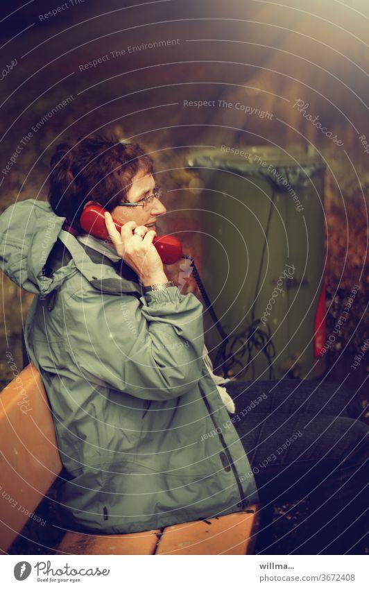 kein anschluss unter dieser tonne ... |lieblingsmensch Strom aus der Tonne Frau telefonieren Telefon rot Mülltonne Analoganschluss Telefongespräch kommunizieren