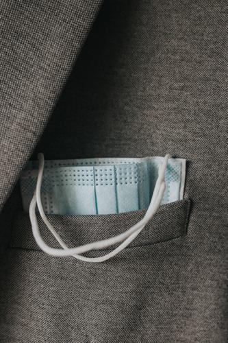 Einwegmaske in Jacke Einwegartikel Mundschutz Gesichtsmaske neue Normale covid-19 Coronavirus Prävention Virus Gesundheit Pandemie Korona Schutz Seuche COVID