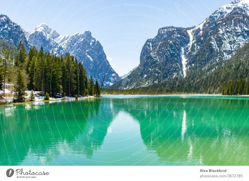 schöne Aussicht auf den Dobbiacco-See, Italien Abenteuer Alpen Herbst Schönheit blau atemberaubend Klettern Wolken kalt Dolomit Dolomiten Europa Europäer Wald