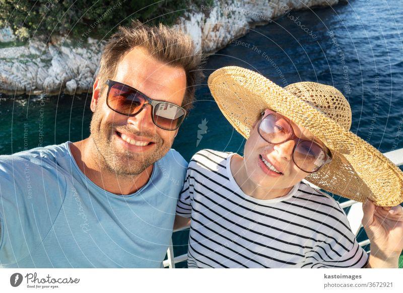 Wunderschönes, romantisches kaukasisches Paar, das in den Sommerferien ein Selbstporträtfoto von sich selbst auf einer Fähre in Cruse macht. Selfie Lifestyle