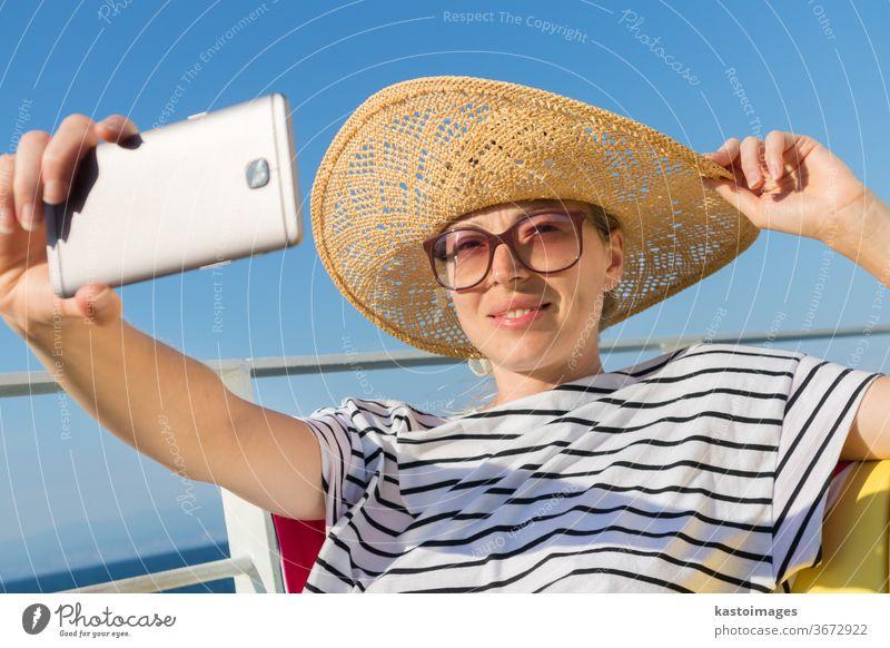Schöne, romantische blonde Frau, die in den Sommerferien auf der Fahrt mit der Fähre von Cruse ein Selbstporträtfoto macht. Selfie Mädchen Fährschiff Foto