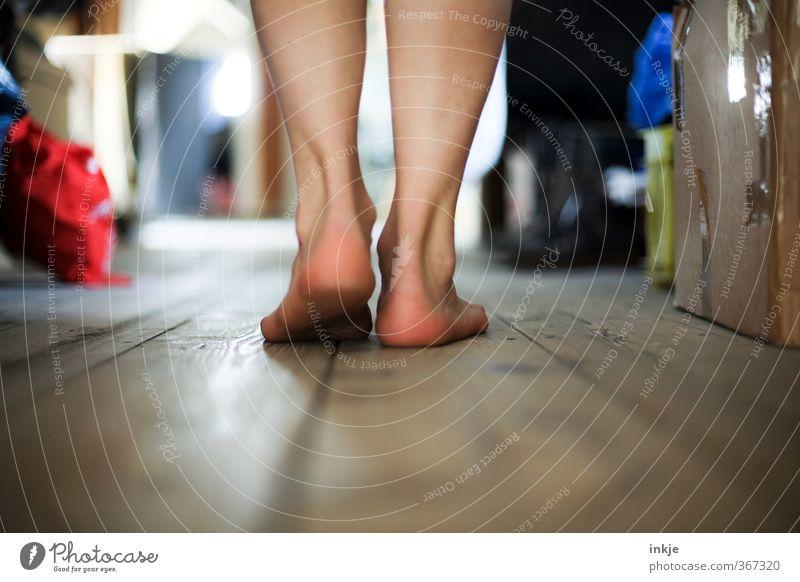 simple past Mensch Frau alt Erwachsene Leben Gefühle Wege & Pfade Fuß gehen Stimmung Raum Wohnung authentisch Häusliches Leben Lifestyle Neugier