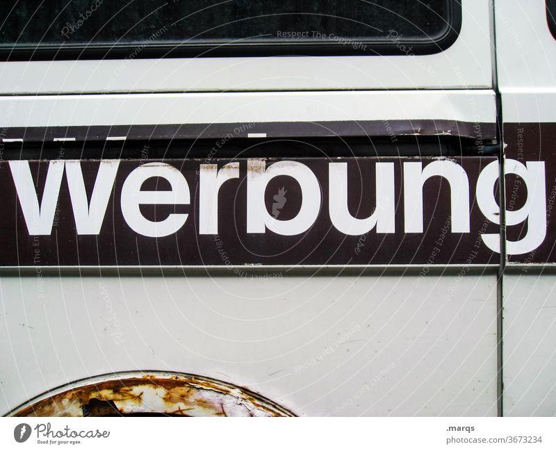 Werbeträger Werbung Schriftzeichen Bus braun weiß Typographie Rost Metall Seitenansicht werbeträger Werbefläche