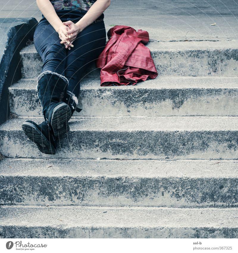 rot Lifestyle Stil feminin Junge Frau Jugendliche Erwachsene Beine 1 Mensch 18-30 Jahre Jacke Leder Stiefel einzigartig oben Originalität rebellisch grau